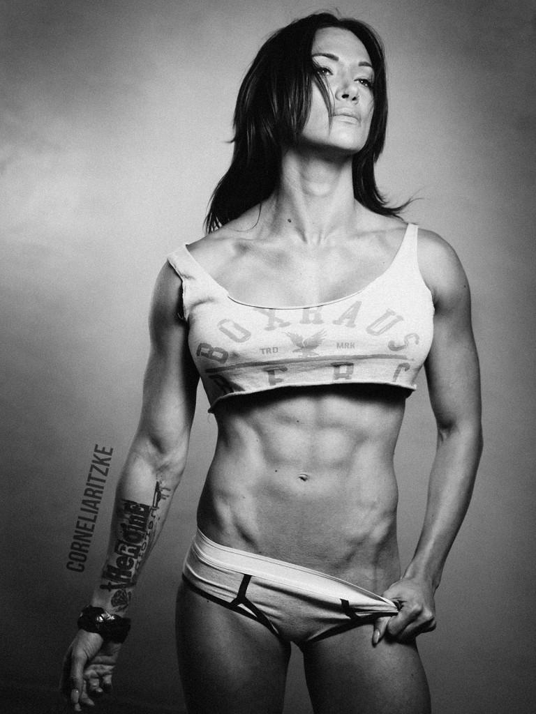 Damit die Bauchmuskulatur definiert wirkt, sollte sie auch ausgeprägt sein. Dafür ist, wie bei jeder anderen Muskelgruppe, hartes Training mit Köpfchen gefragt.