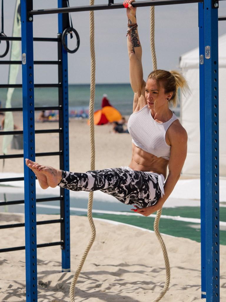 Neben der richtigen Ernährung sollte vor allem das Training an die Zielstellung definierter Bauch angepasst werden - hängende Leg Raises sind dabei eine meiner Lieblingsübungen.