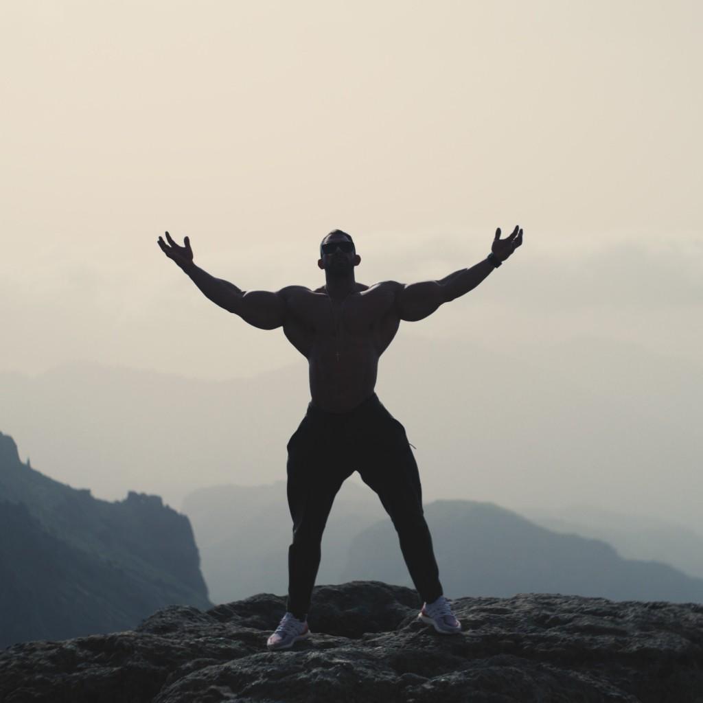 Tagsüber sind wir oft unterwegs und erkunden die Umgebung. Hier posiert Kevin auf der Spitze des Roque Nublo, eines der höchsten Berge auf Gran Canaria.