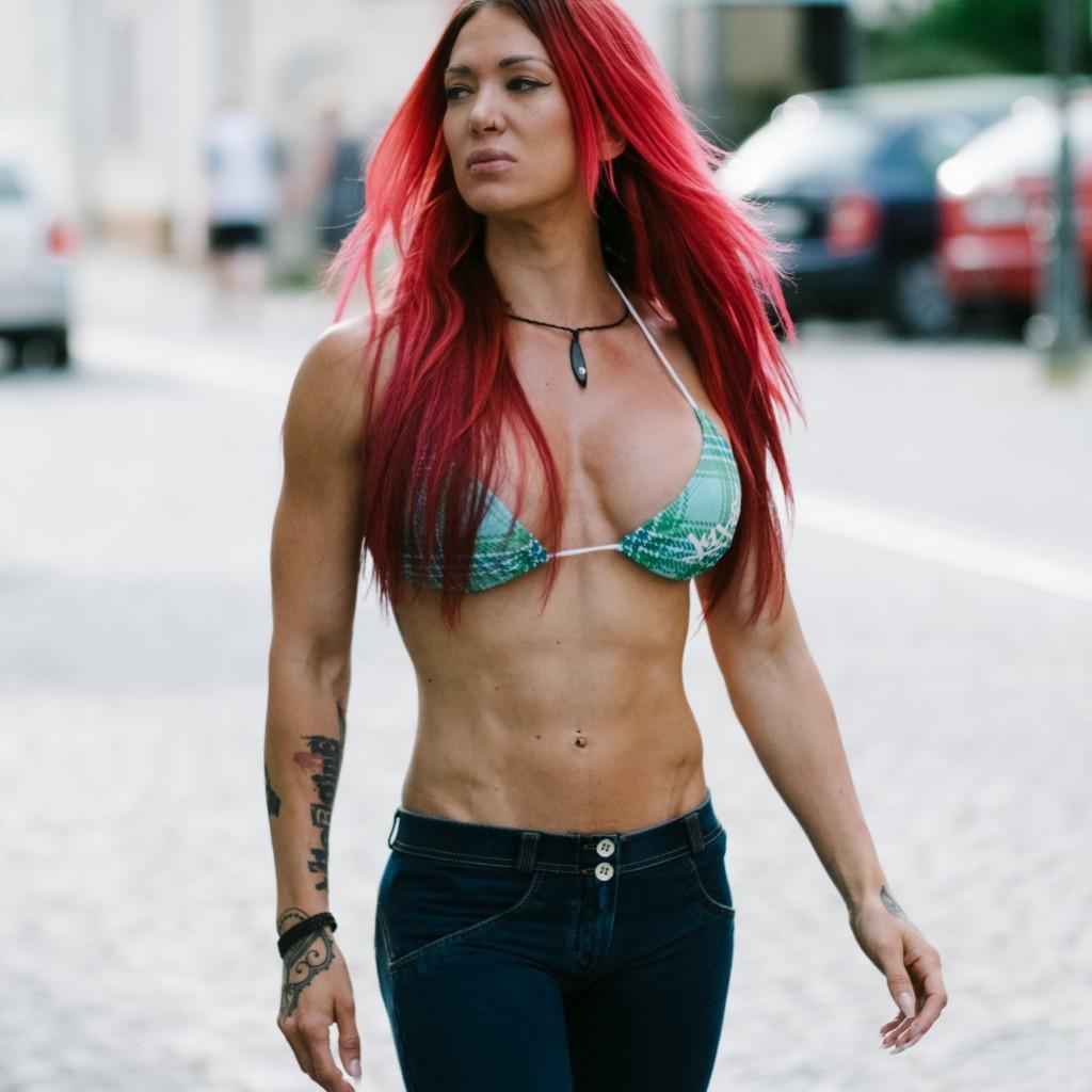 Ich liebe es, definiert und 'in shape' zu sein - aber nicht um jeden Preis. Deine sportlichen Ziele sollten immer positiv motiviert sein und einem stetigen Prozess unterliegen.